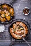 Patate rustiche di stile e salsiccie fritte Immagini Stock
