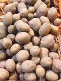 Patate saporite fresche di autunno nel mercato Immagine Stock