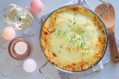 Patate smerlate kitsch o gratin della patata in piatto bollente, holid fotografia stock libera da diritti