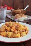 Patate stufate, patè su pane, pomodori Fotografia Stock
