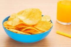 Patatine fritte in ciotola e succo Fotografia Stock