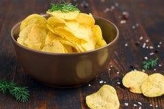 Patatine fritte con aneto in una ciotola su un fondo scuro Immagini Stock