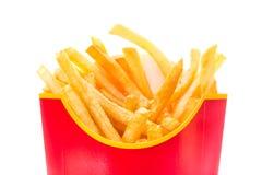 Patatine fritte in contenitore rosso di frittura isolato sulla fine bianca del fondo su Fotografia Stock Libera da Diritti