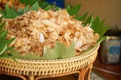 Patatine fritte dolci del taro nel canestro di legno fotografia stock