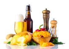 Patatine fritte e birra su fondo bianco Fotografia Stock