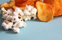 Patatine fritte e popcorn fotografia stock
