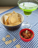 Patatine fritte e salsa di tortiglia con una margarita Fotografie Stock Libere da Diritti