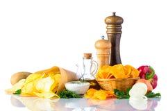 Patatine fritte ed ingredienti su fondo bianco Immagine Stock Libera da Diritti