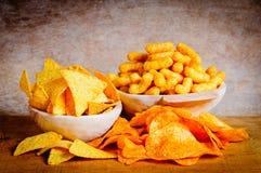 Patatine fritte, nachos ed arricciature immagine stock