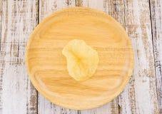 Patatine fritte in piatto di legno sulla tavola di legno bianca Fotografia Stock