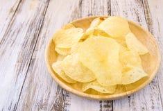 Patatine fritte in piatto di legno sulla tavola di legno bianca Fotografia Stock Libera da Diritti