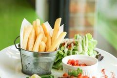 Patatine fritte pronte ad essere mangiato Immagini Stock