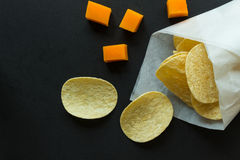 Patatine fritte in sacco di carta e cubi del formaggio Fotografie Stock Libere da Diritti