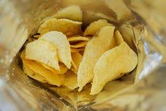 Patatine fritte in una borsa aperta Immagini Stock Libere da Diritti