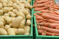 Patatoes und Karotten in den Kisten Lizenzfreie Stockfotos