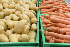 Patatoes y zanahorias en cajones Fotos de archivo libres de regalías