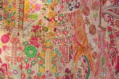 Patchwork ind India broderia barwiący kwadraty Jaskrawy stubarwny czerwony Indiański orientalny tło obrazy royalty free