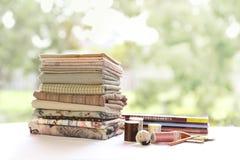 Patchwork-Steppdecke mit Faden und Stift Lizenzfreies Stockfoto