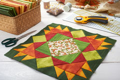 Patchwork zieleni blok, pikuje tkaniny, szwalni akcesoria Zdjęcie Royalty Free