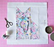 Patchworku kot, retro nożyce, nić, metal szpilki i rozcięcie, matujemy fotografia stock