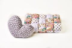 Patchworku serce i comforter kształtowaliśmy poduszkę na białym backgroun zdjęcia stock
