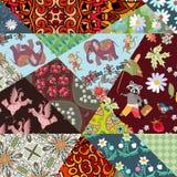 Patchworku wzór od jaskrawych łat z ślicznymi słoniami, małpami, żurawiami, szop pracz i kwiatami, royalty ilustracja