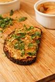 Pate гриба лисички с черным хлебом на деревянной горжетке вырезывания Стоковая Фотография RF