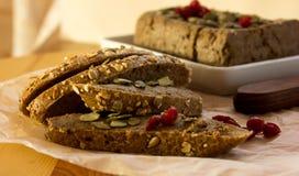 Pate печени распространил на отрубях хлеба с ягодами на бумаге стоковые изображения rf