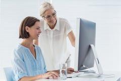 Pateint avec le docteur à l'aide de l'ordinateur Photos stock