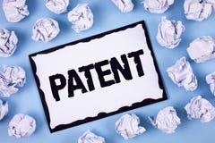 Patent för ordhandstiltext Affärsidé för licensen som ger rätter för att använda att sälja göra en produkt skriftlig på den vita  royaltyfria foton