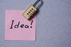 Patent, prawo autorskie lub intelektualista ochrona pojęcie: majcher z wpisowym pomysłem i kędziorkiem obrazy stock