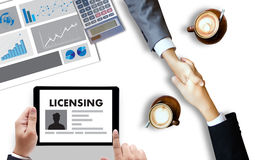 Patente la mano del hombre de negocios de la AUTORIZACIÓN del contrato de licencia que trabaja o ilustración del vector