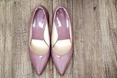 A patente Pointy bombeia na cor cor-de-rosa velha no assoalho de madeira Imagens de Stock