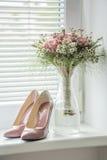 Patenteie as bombas cor-de-rosa velhas aguçado com o ramalhete de harmonização da flor Fotos de Stock
