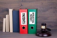 Patentes y propiedad intelectual Mazo y libros de madera en fondo Concepto de la ley y de la justicia foto de archivo