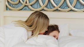 Paternidad del cuidado del amor de madre del beso de la hora de acostarse buenas noches almacen de metraje de vídeo