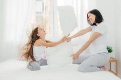 Paternidade e conceito de família Mãe fêmea atrativa com posição imagens de stock royalty free