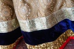 Paterns les épousant indiens traditionnels de sari d'habillement photo libre de droits