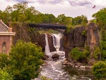 Paterson, NJ/Estados Unidos - 22 de mayo de 2016: Una opinión del paisaje del parque de Paterson Great Falls National Historical fotos de archivo libres de regalías