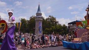 Pateta e Plut?o na parada da celebra??o da surpresa de Mickey e de Minnie em Walt Disney World vídeos de arquivo