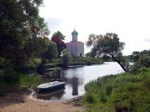 Path to Medieval Church Pokrova-na-Nerli Royalty Free Stock Photos