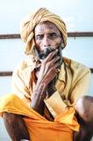 Pathankot Indien, september 9, 2010: Indiskt gammalt sammanträde för helig man Royaltyfri Fotografi