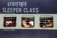 Pathankot, la India, el 9 de septiembre de 2010: Tren indio de la clase del durmiente foto de archivo