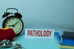 Pathologie-Planung auf Hintergrund der Funktions-Tabelle mit Büroartikel r stockfotografie