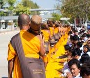 Pathum Thani, ΤΑΪΛΑΝΔΗ - τον Ιανουάριο του 2016: 1,131 μοναχοί από Wat Phr Στοκ Εικόνες