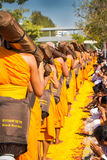 Pathum Thani, ΤΑΪΛΑΝΔΗ - τον Ιανουάριο του 2016: 1,131 μοναχοί από Wat Phr Στοκ φωτογραφία με δικαίωμα ελεύθερης χρήσης