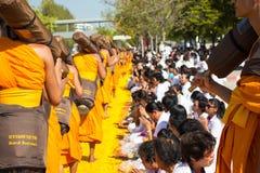 Pathum Thani, ΤΑΪΛΑΝΔΗ - τον Ιανουάριο του 2016: 1,131 μοναχοί από Wat Phr Στοκ εικόνα με δικαίωμα ελεύθερης χρήσης