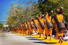 Pathum Thani, ΤΑΪΛΑΝΔΗ - τον Ιανουάριο του 2016: 1,131 μοναχοί από Wat Phr Στοκ Εικόνα