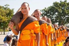 Pathum Thani, ΤΑΪΛΑΝΔΗ - τον Ιανουάριο του 2016: 1,131 μοναχοί από Wat Phra Στοκ Φωτογραφία
