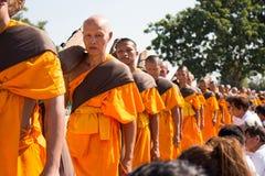 Pathum Thani, ΤΑΪΛΑΝΔΗ - τον Ιανουάριο του 2016: 1,131 μοναχοί από Wat Phra Στοκ Εικόνες